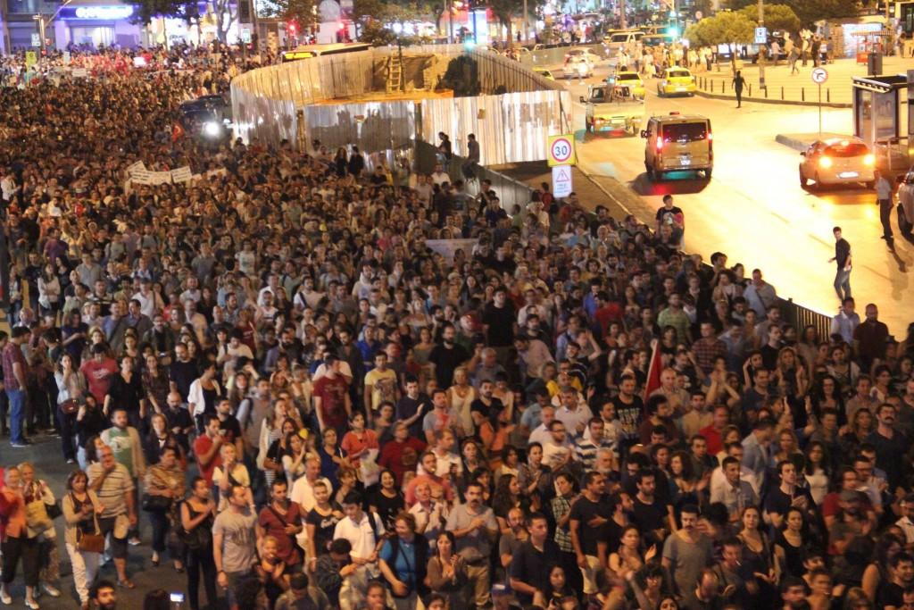 """На 2 юли 2013 г. в истанбулския квартал Кадъкьой хиляди скандират """"Навсякъде Мадъмак, навсякъде съпротива!"""" На тази дата се отбелязват 20 години от убийството на 39 души, много от които алевийски интелектуалци, събрали се за културен фестивал в Сивас, Турция. Група салафисти подпалват хотел Мадъмак, където е отседнал Азис Несин - писател, опитал да публикува в страната книгата """"The Satanic Verses"""" на Салман Рушди - с което слагат край на живота на още 38 човека, включително двама от своите."""