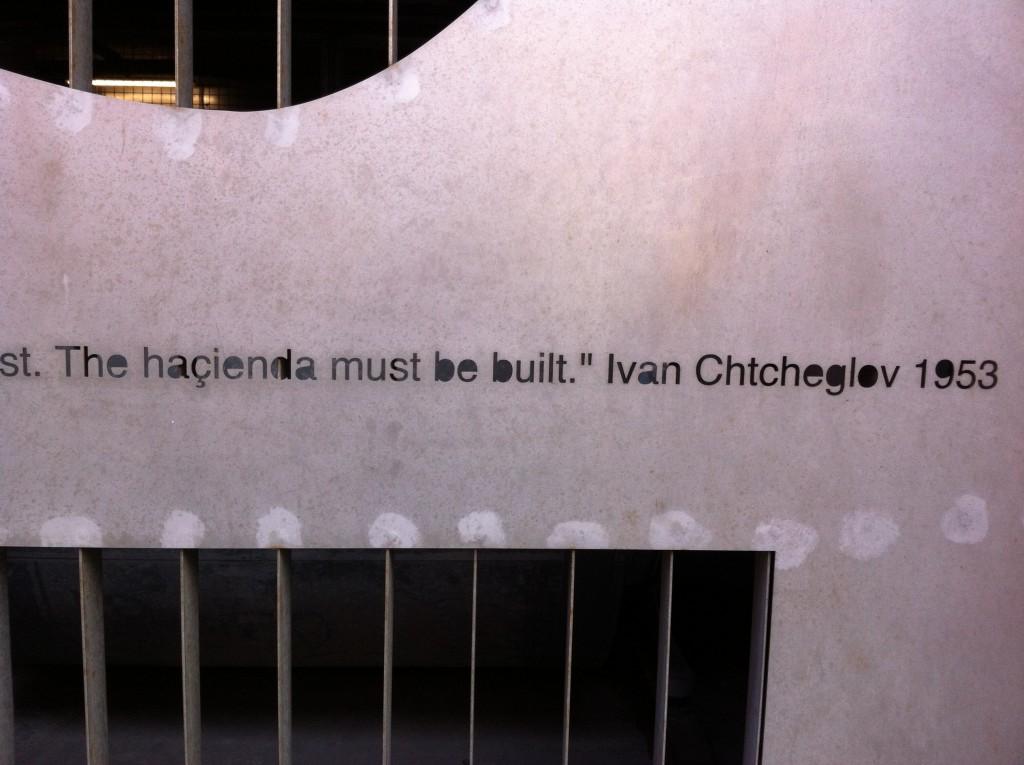 Цитат от Щчеглов, използван на стената на музикален клуб в Англия.