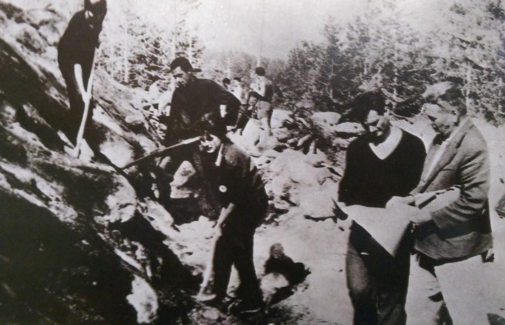 Бригадири строят Димитровград. Снимка: Самуил Сорев, съст., Димитровград, 1983