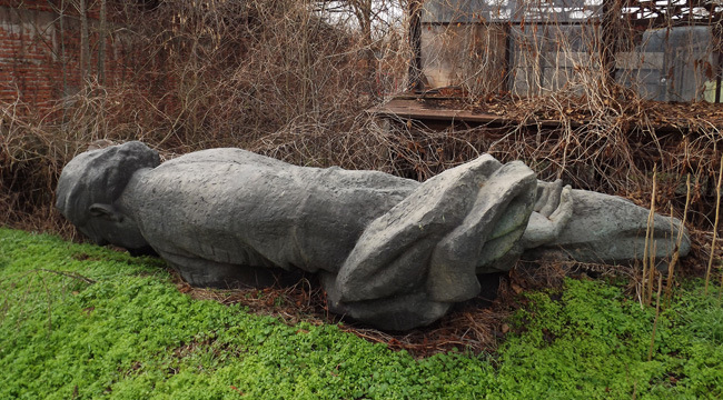 Паметникът на Георги Димитров захвърлен в един от градските паркова. Снимка: izvestnik.info
