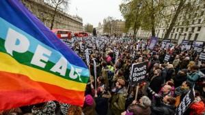 Протестът в Лондон на 28.11.2015 изкара хиляди на улиците, за да предотвратят изпращането на британски части в Сирия. Снимка: Жанин Виедел. CC BY-SA 2.0.