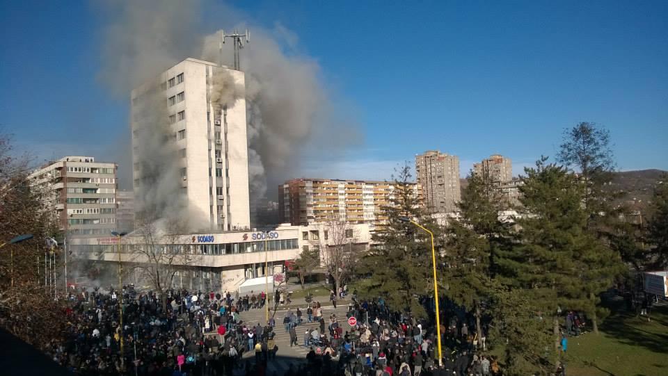 Протест в Тузла. Общинската сграда - в пламъци. Снимка: Juniki San