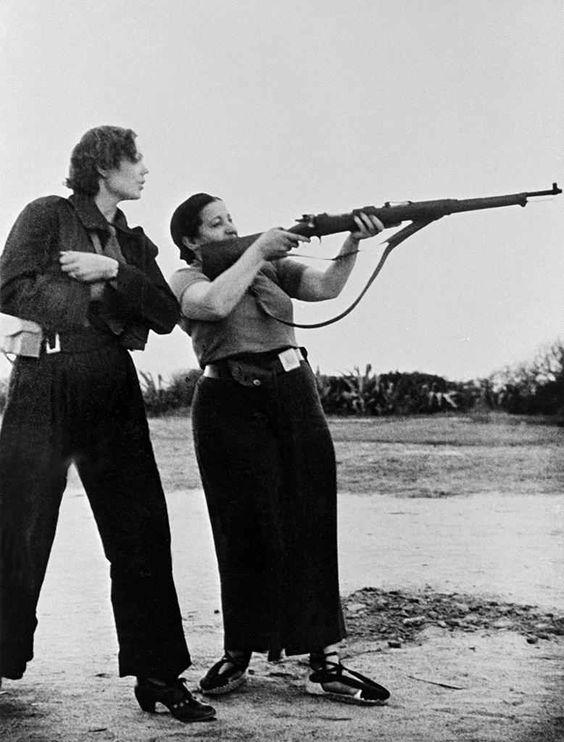 По време на тренировка в женската милиция, снимка: Робърт Капа