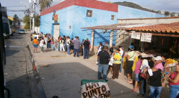 Опашки пред магазин от веригата Меркал във Венецуела през 2014 г.