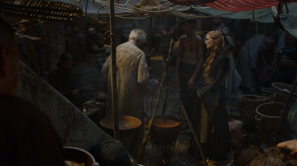 """Върховният врабец раздава храна на бедните. Церсей е толкова впечатлена от властта му (чрез Врабчетата), че е готова да понесе миризмата.. """"Игра на тронове"""", епизод 3, сезон 5, собственост на HBO."""