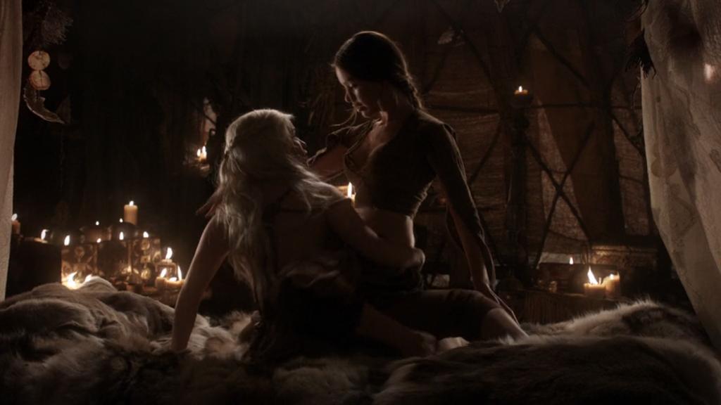 """Денерис се учи от слугиня на Кал Дрого, че щом тя не се чувства робиня, не трябва да прави любов като робиня. """"Игра на тронове"""", епизод 2, сезон 1, собственост на HBO."""