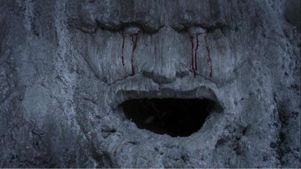 """Една от по-близките срещи с боговете (Старите богове). Издялано в ствола на дърво лице. Дърво. """"Игра на тронове"""", епизод 8, сезон 3, собственост на HBO."""