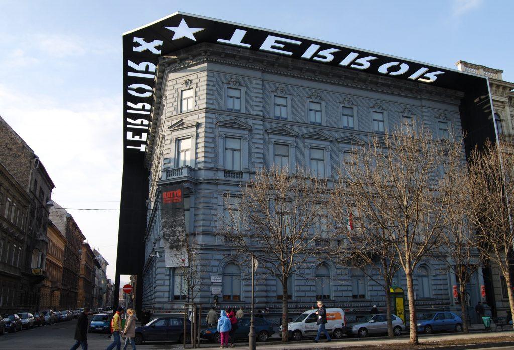 """Къщата на терора в Будапеща, за която Буден пише в книгата си. Музеят е куриран според преповтаряния и в България наратив за двата """"равни"""" тоталитаризма – фашизма и комунизма."""