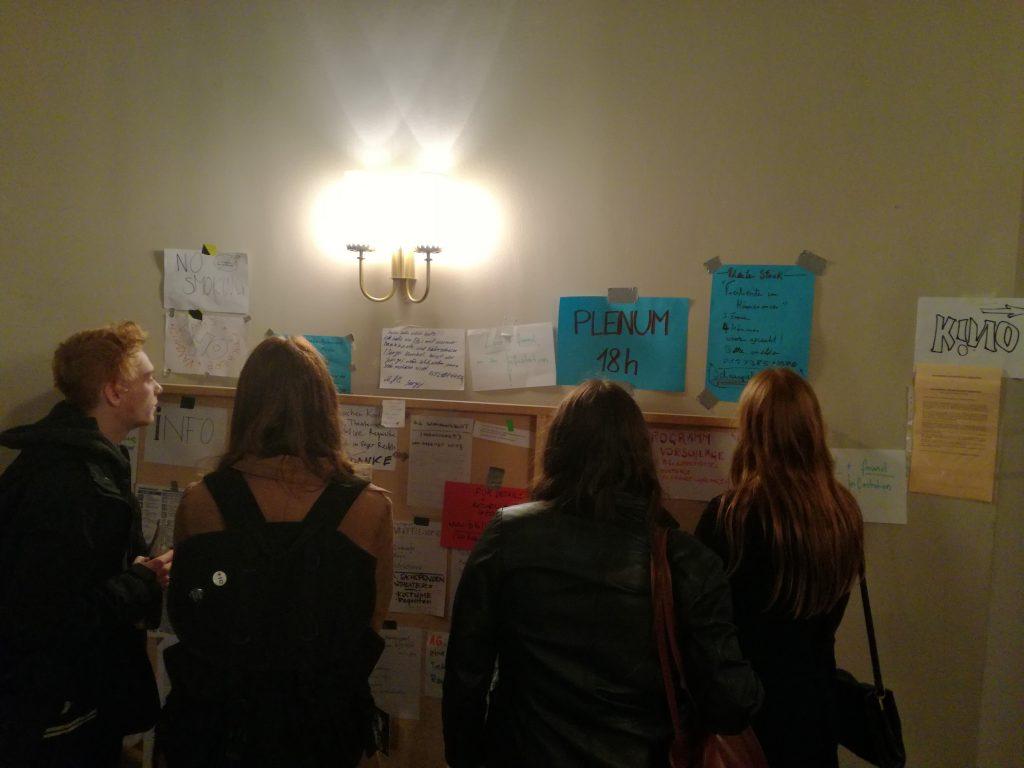 Посетители разглеждат информационното табло