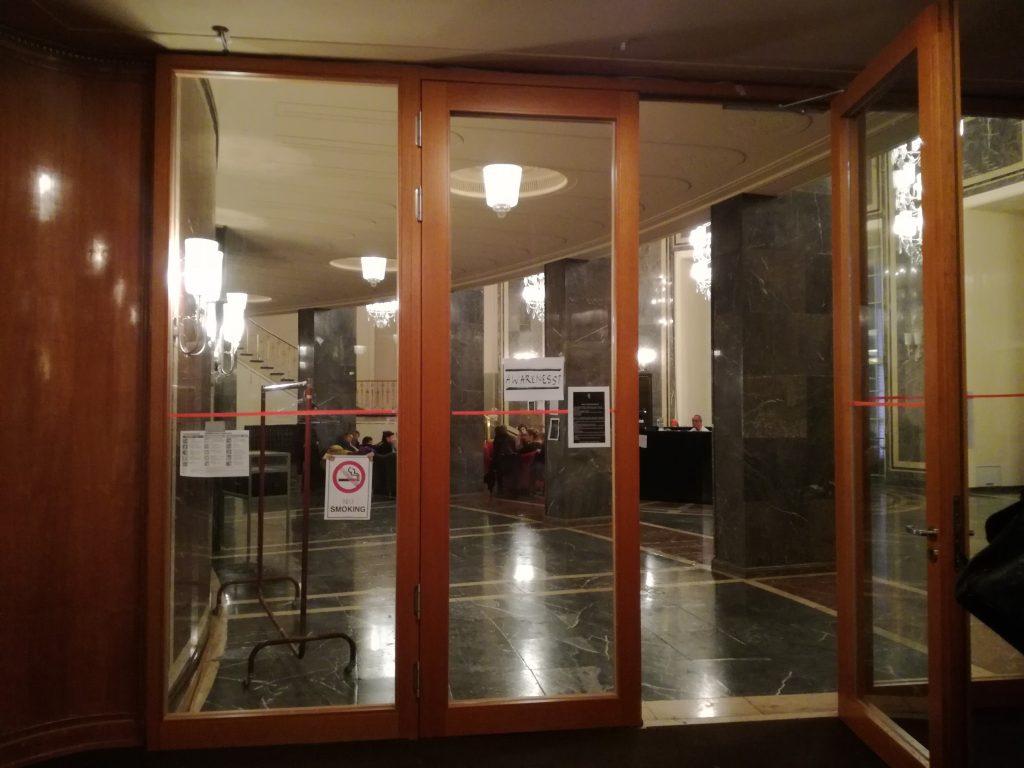 Дискутиращи в коридора на театъра