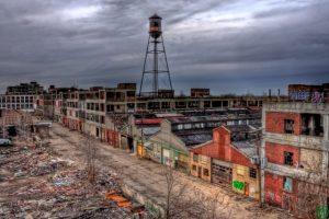 Детройт е един от градовете в САЩ, засегнати най-силно от деиндустриализацията и съпътстващите я безработица и спад на населението, за които говори Буден. Източник: historysshadow.wordpress.com]