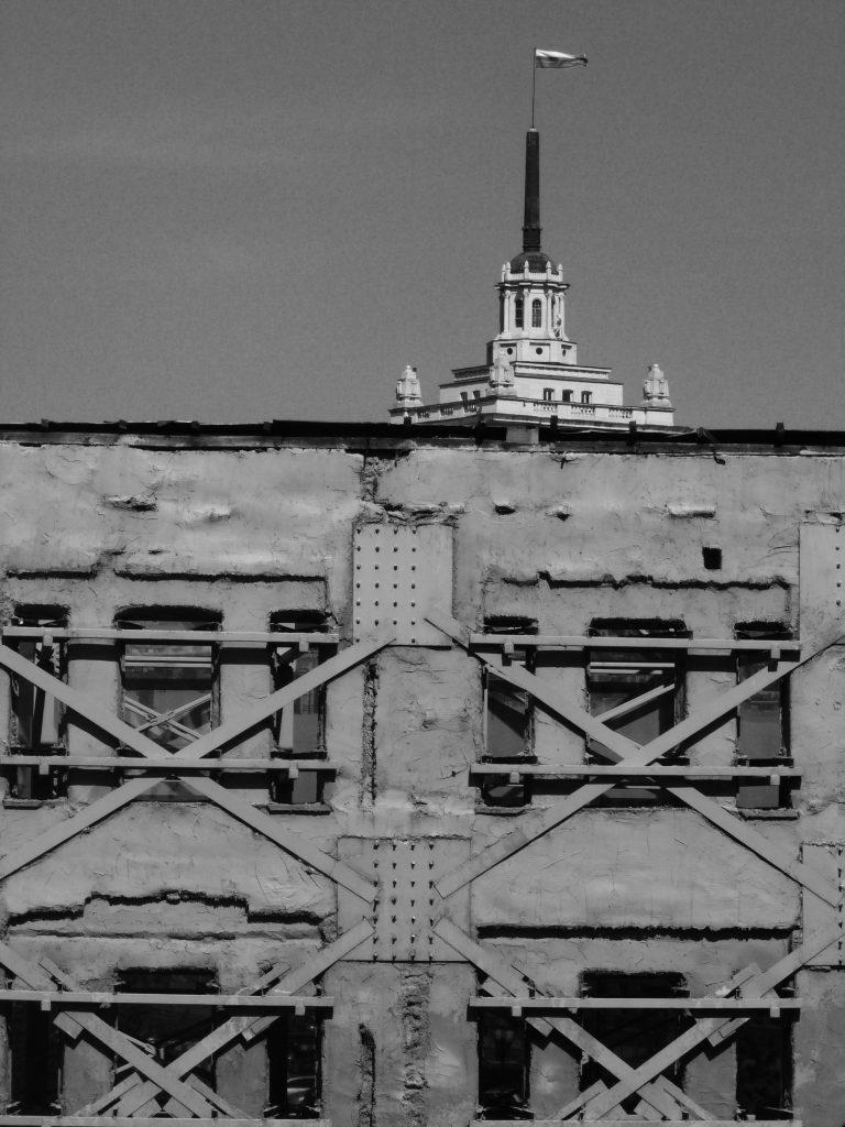 """Поглед отвътре към фасадата на хотел """"България""""."""