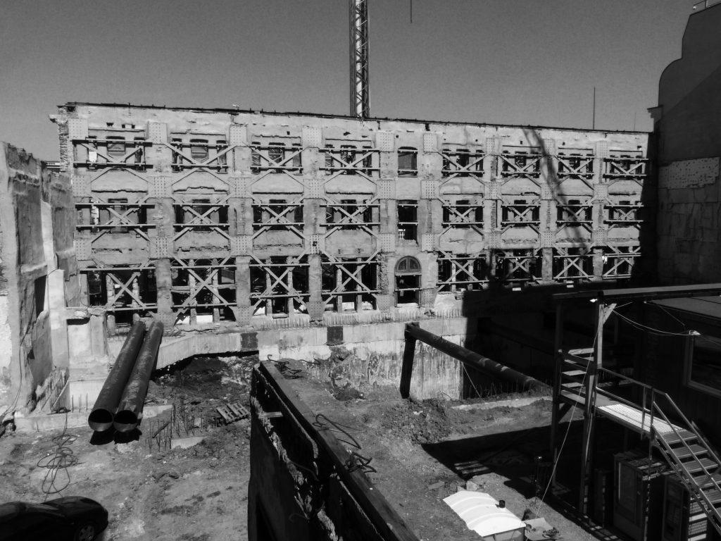 Освен фасадата, нищо друго не е останало след предприетите строителни дейности.