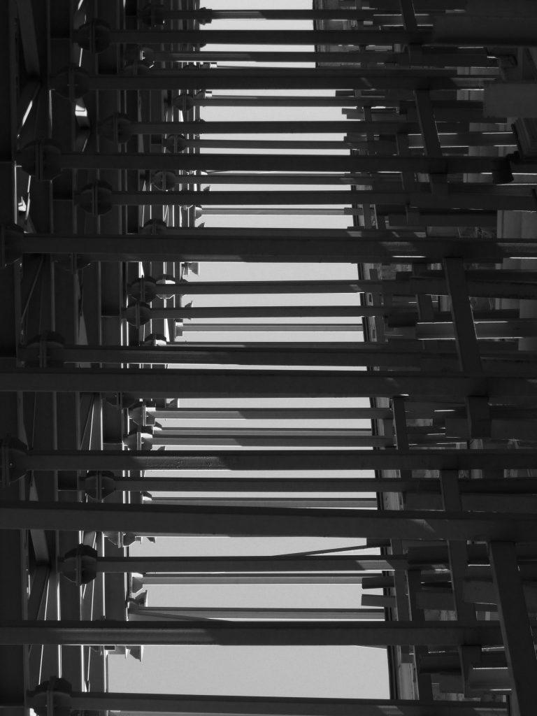 """Сградата е построена в края на ХІХ век по проект на чешкия архитект Антони Колар. През 1978 г. е обявена за паметник на културата от национално значение. През 90-те години теренът става собственост на скандалната фирма """"Мултигруп"""". След смъртта на Илия Павлов, хотелът спира да функционира."""